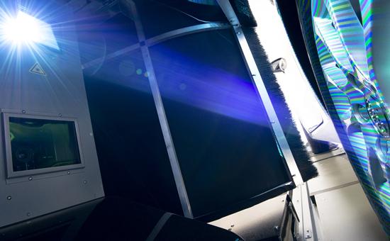 Lichtstreifenteppich bei der berührungslosen Fahrwerksvermessung